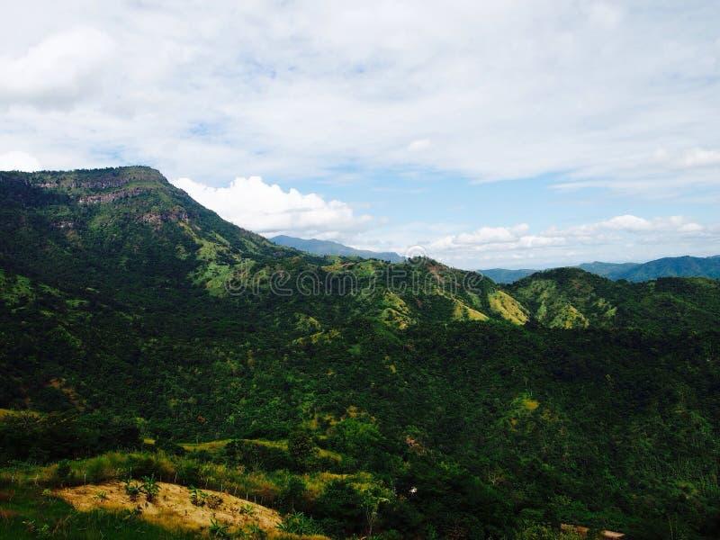 Berg und Himmel lizenzfreie stockfotos