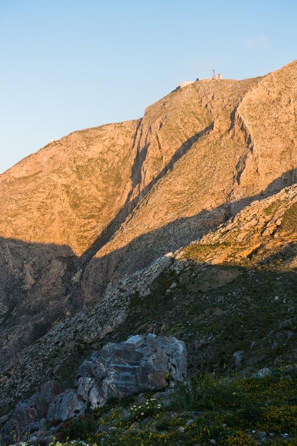 Berg und Kloster Prophet Ilias am sunsrise, Höhepunkt von Santorini-Insel lizenzfreie stockbilder