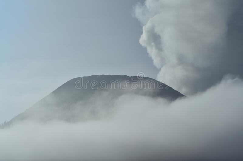 Berg und Nebel lizenzfreie stockbilder