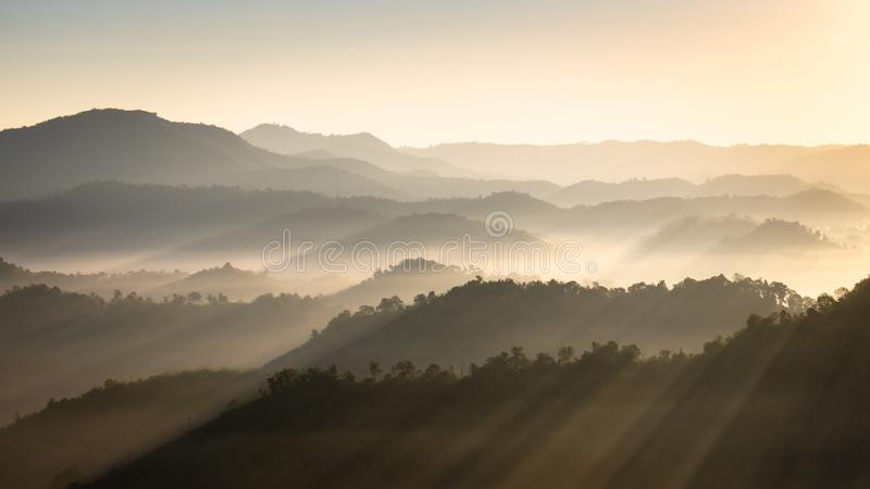 Berg und Nebel morgens lizenzfreies stockbild