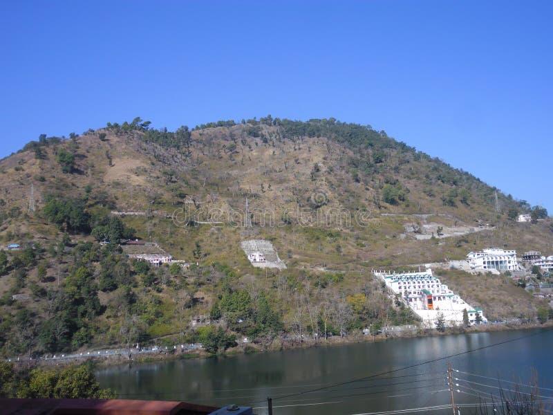 Berg und See lizenzfreie stockbilder