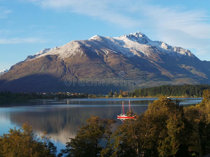 Berg und Seeblick in Queenstown lizenzfreies stockfoto