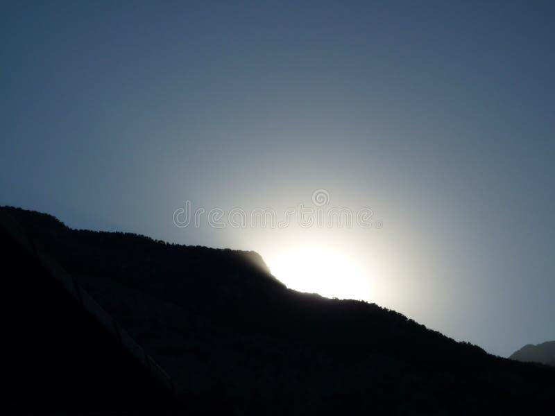 Berg und Sonne stockbilder