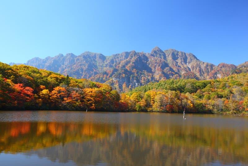 Berg und Teich im Herbst lizenzfreies stockfoto