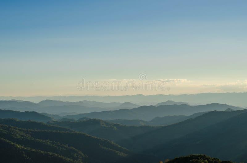 Berg und Wald lizenzfreie stockbilder