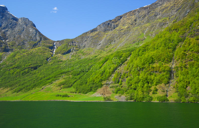 Berg und Wasser lizenzfreies stockbild