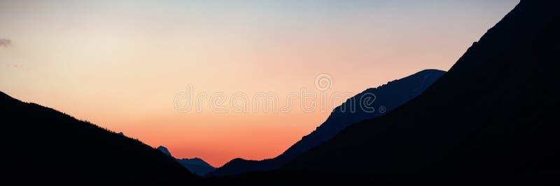 Berg under gryning arkivfoton