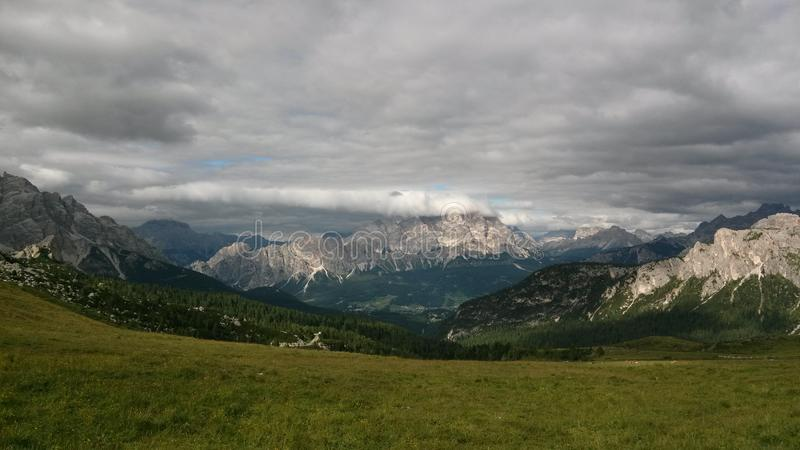 Berg under molnen i Italien royaltyfria foton