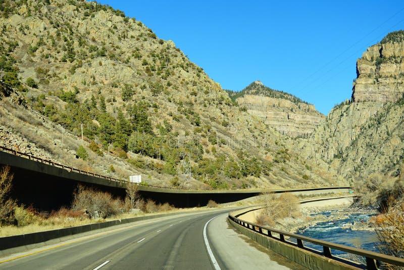 Berg, väg och Coloradofloden arkivbilder