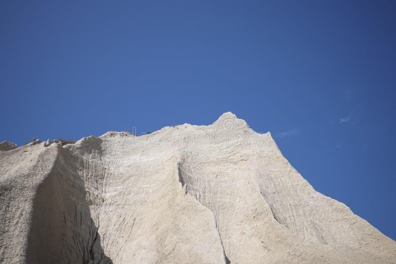Berg van wit zand Een witte berg van witte stenen in Rummu Vasalema Estland De erosie van de steengroeve in het kalksteen q royalty-vrije stock foto's