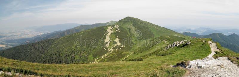 Berg Velky Krivan von der Spitze von Chleb in Mala Fatra-Bergen lizenzfreie stockbilder