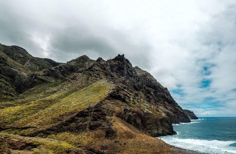 Berg vid havet i nationalparken Anaga royaltyfri foto