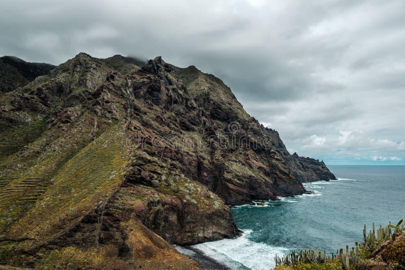 Berg vid havet i nationalparken Anaga royaltyfri fotografi