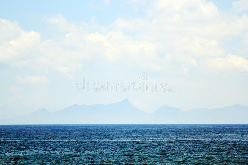 Berg voorbij het overzees als sprookjesland stock afbeelding