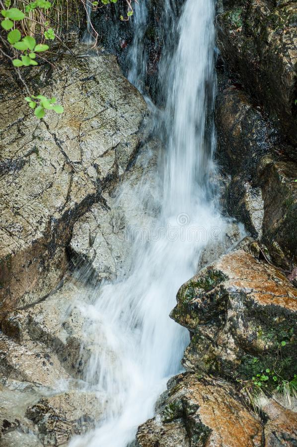 Berg-waterwall am Frühling stockfotografie