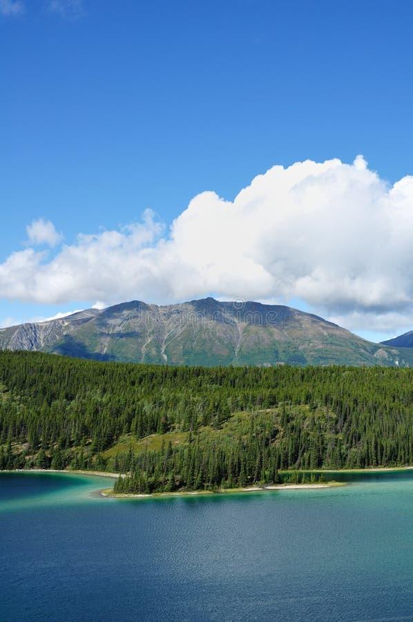 berg yukon för Kanada smaragdlake arkivbild