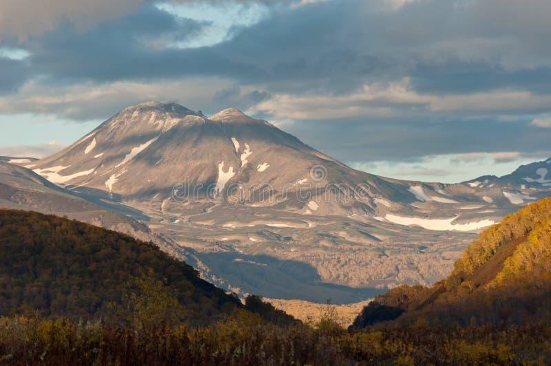 Berg Yurievskaya, halvö för Nalycheva dal, Kamchatka arkivbilder