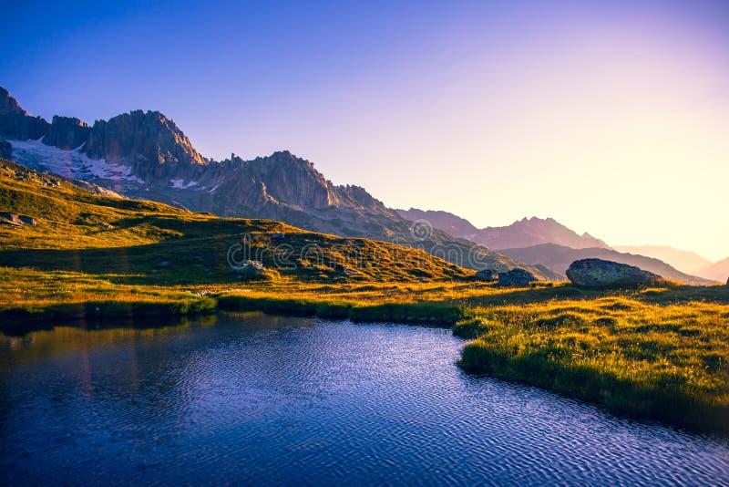 Bergaalmeer in de ochtend stock afbeeldingen