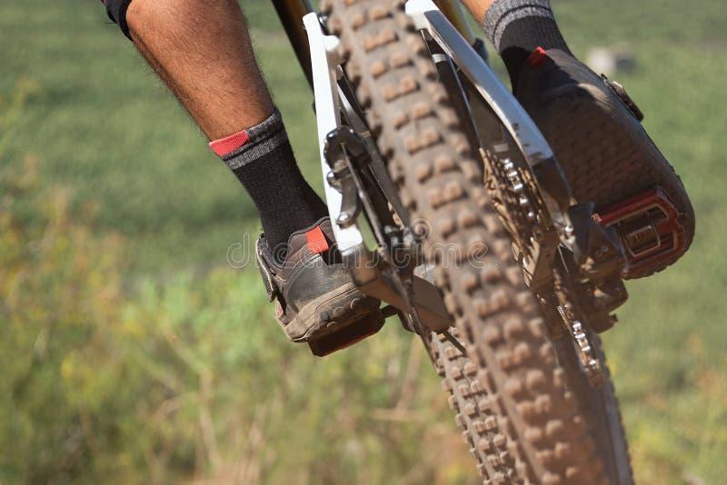 Bergaf bergfiets, mensenfietser aan het berijden van een fiets royalty-vrije stock foto