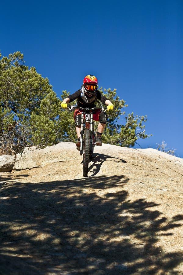 Bergaf berijdt de fietsruiter onderaan het onderstel Lemmon stock foto's