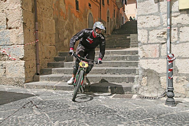 Bergaf fiets royalty-vrije stock foto's