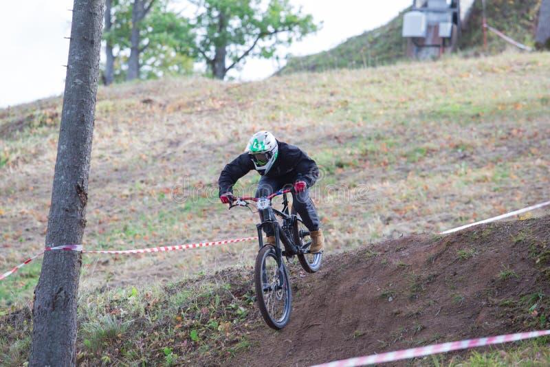 Bergaf ruiter met fiets Snelle snelheid en sprong De herfst van 2018 stock foto's