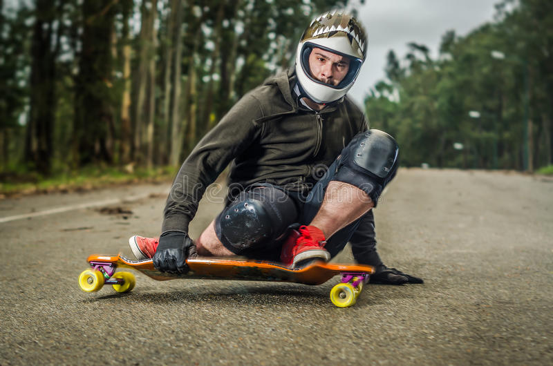 Bergaf skateboarder in actie stock fotografie