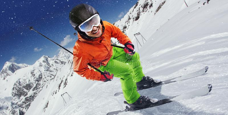 Bergaf skiër op helling stock afbeeldingen