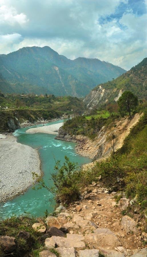 BergAlaknanda flod i Gaucher arkivfoton