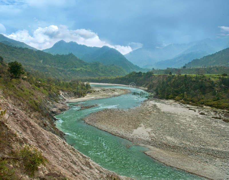 BergAlaknanda flod i himalayasna arkivbilder