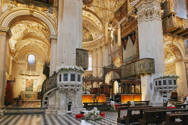 Bergame, Italie - 18 août 2017 : Di Santa Maria Maggiore, intérieur fleuri de basilique du ` s de Bergame d'or images libres de droits