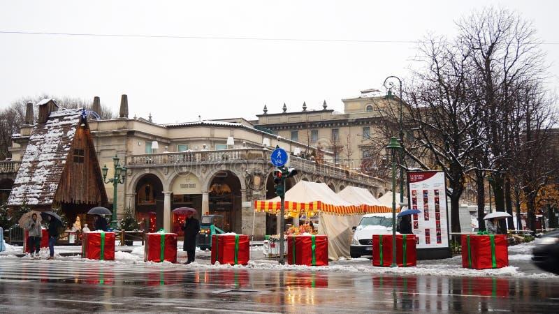 BERGAME, ITALIE - 11 DÉCEMBRE 2017 : les blocs de béton couverts comme les cadeaux géants de Noël pour se protéger contre le terr images stock