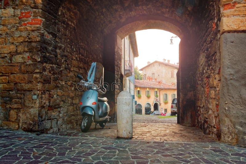 Bergame, Italie le 18 août 2018 : Le vélomoteur est garé sur la rue de Ville de soirée photos stock