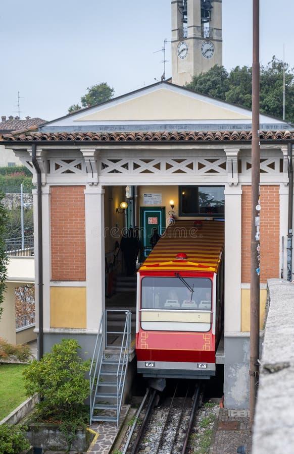 Bergamo Funicular rail Upper Town - Niederstad stock afbeeldingen