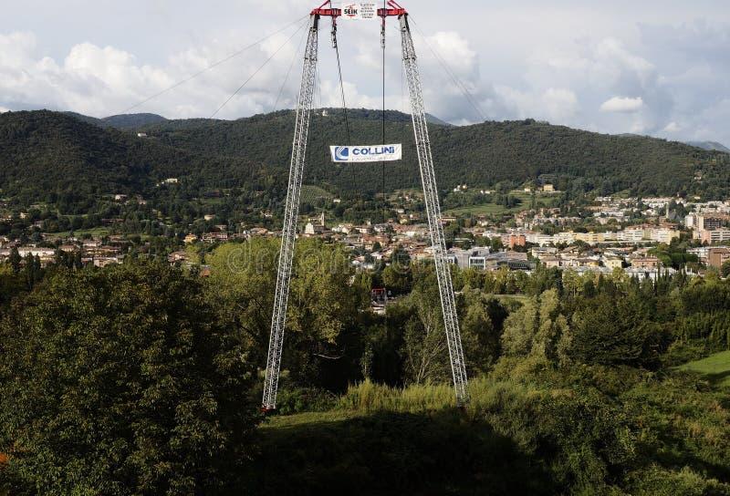 BERGAMO, Itália; 1º de setembro de 2018: Teleférico usado para o estacionamento novo da realização imagem de stock