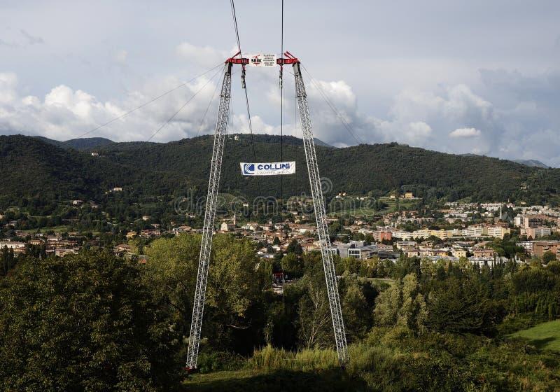 BERGAMO, Itália; 1º de setembro de 2018: Teleférico usado para o estacionamento novo da realização foto de stock royalty free