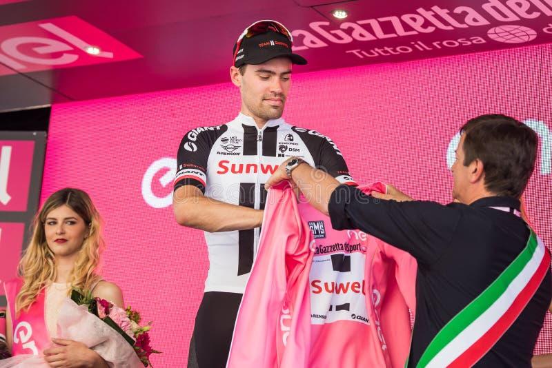 Bergamo, Itália 21 de maio de 2017; Tom Doumulin, no jérsei cor-de-rosa, no pódio fotos de stock