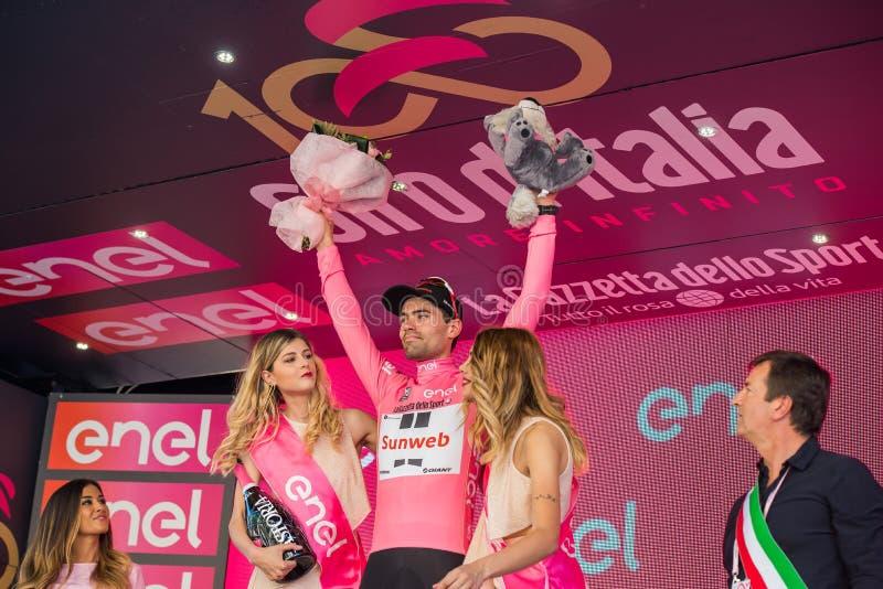 Bergamo, Itália 21 de maio de 2017; Tom Doumulin, no jérsei cor-de-rosa, no pódio fotografia de stock royalty free