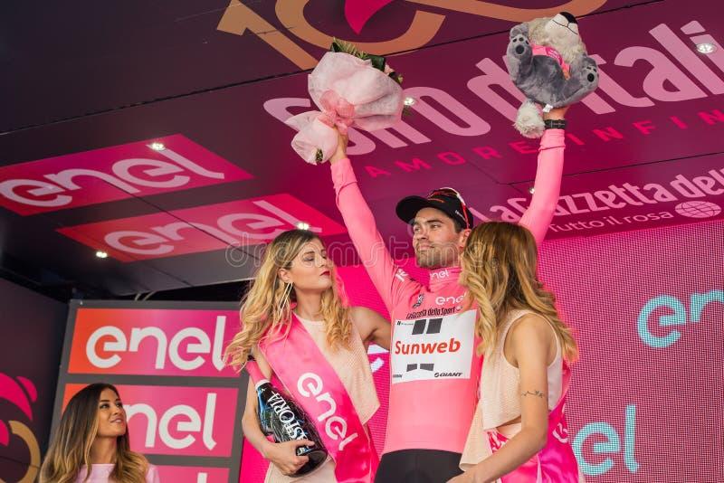 Bergamo, Itália 21 de maio de 2017; Tom Doumulin, no jérsei cor-de-rosa, no pódio imagem de stock