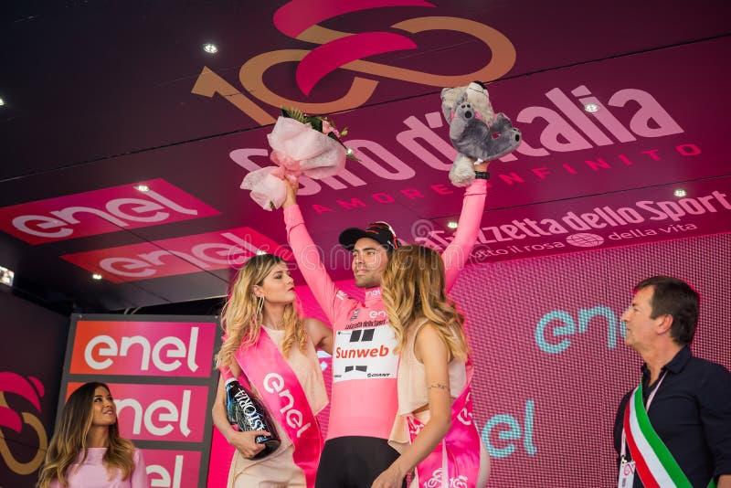 Bergamo, Itália 21 de maio de 2017; Tom Doumulin, no jérsei cor-de-rosa, no pódio imagem de stock royalty free