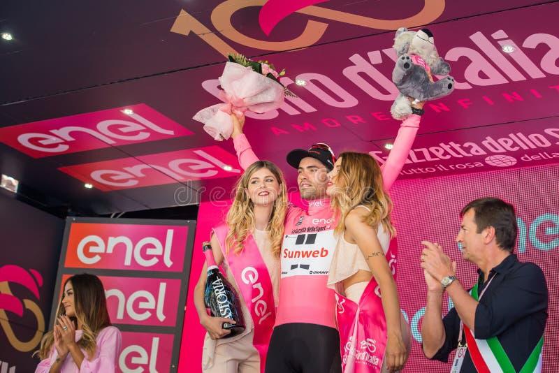 Bergamo, Itália 21 de maio de 2017; Tom Doumulin, no jérsei cor-de-rosa, no pódio foto de stock royalty free