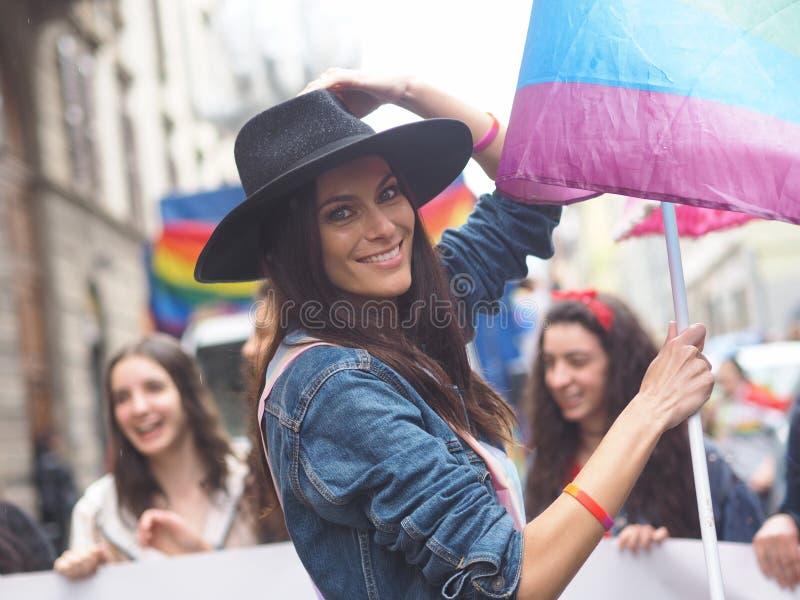 BERGAMO, Itali?: 18 kunnen 2019: Actrice Paola Turani tijdens de trotsparade van Bergamo stock foto