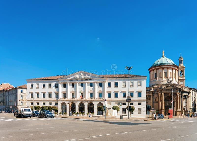 Bergamo, Italia - 22 agosto 2016: Chiesa di Grazie del delle di Credito Bergamasco e di Santa Maria Immacolata su Largo Porto Nuo immagine stock libera da diritti