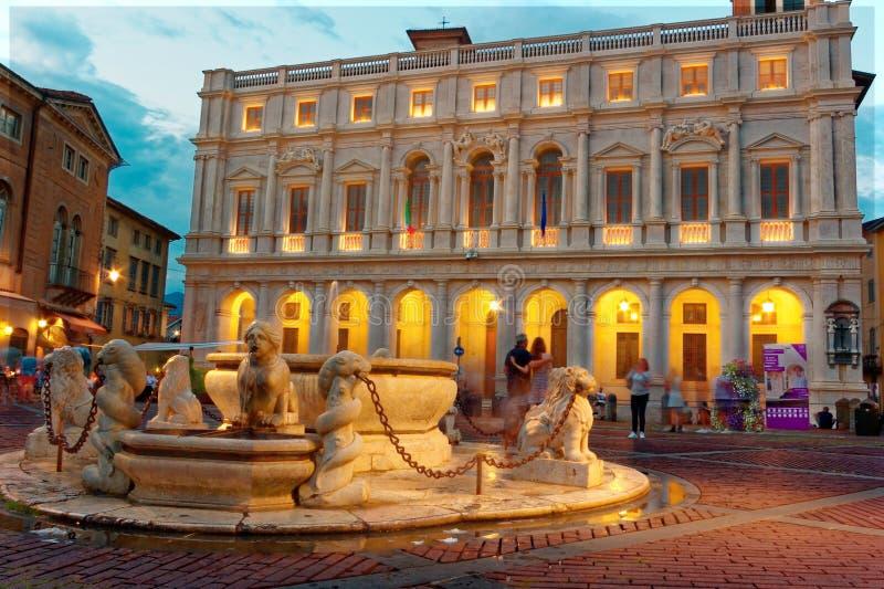 Bergamo, Italia 18 agosto 2018: Palazzo di Nuovo nel quadrato della cattedrale fotografie stock