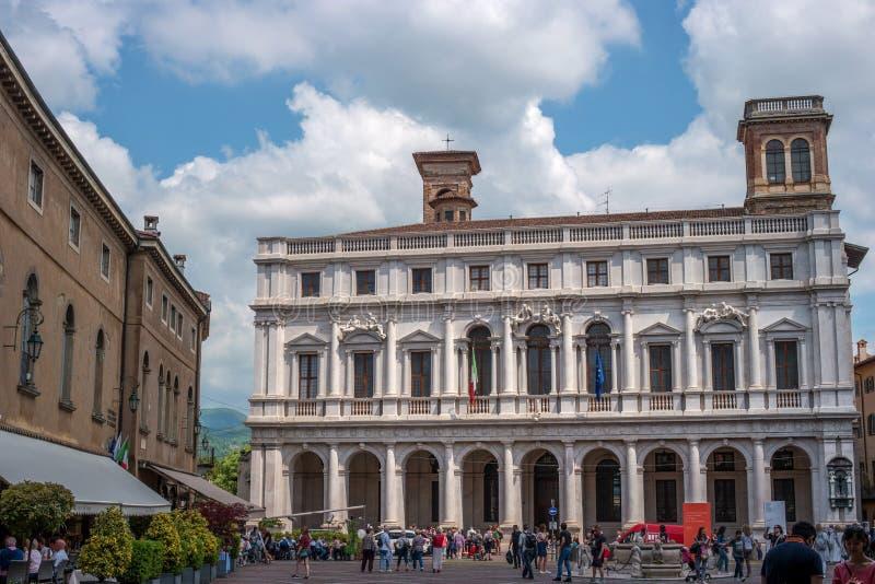 Bergamo, Italia - 10 maggio 2018: La biblioteca civica Angelo Mai sulla piazza Vecchia, occupante il Palazzo Nuovo dentro fotografia stock libera da diritti