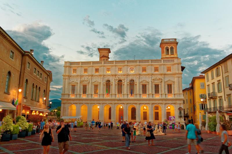 Bergamo Italien Augusti 18, 2018: Nuovo slott i domkyrkafyrkanten royaltyfri fotografi