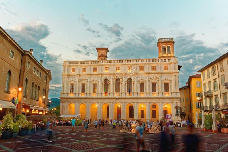 Bergamo Italien Augusti 18, 2018: Nuovo slott i domkyrkafyrkanten royaltyfri foto
