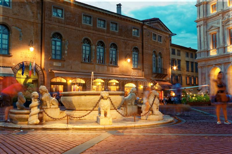 Bergamo Italien Augusti 18, 2018: Nuovo slott i domkyrkafyrkanten royaltyfria foton