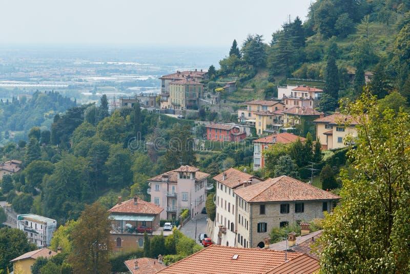 Bergamo Italien - Augusti 18, 2017: Panoramautsikt av staden av Bergamo från slottväggarna arkivfoto