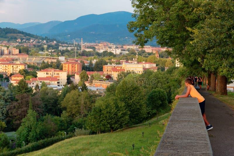 Bergamo Italien Augusti 18, 2018: Panoramautsikt från ovannämnt till aftonstaden royaltyfria bilder